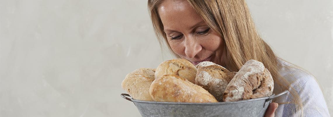 Kjedesalgssjef Tove Mathisen i Lantmännen Unibake med rykende ferske brød