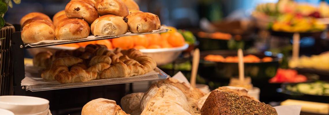 Brød og boller til frokost på hotell